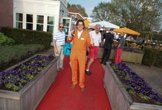 Joris Brands | 2Bworking projectinrichting | de rode loper in oranje pak