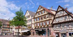 Calw (Baden-Württemberg): Calw ist eine Stadt in Baden-Württemberg, etwa 18 Kilometer südlich von Pforzheim und 33 Kilometer westlich von Stuttgart gelegen. Die Kreisstadt, zugleich die größte Stadt im Landkreis Calw, bildet ein Mittelzentrum für die umliegenden Gemeinden. Seit 1. Januar 1976 ist Calw Große Kreisstadt.