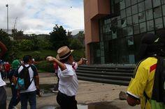 Estudiantes normalistas de Ayotzinapa destrozan el congreso - http://notimundo.com.mx/estados/estudiantes-normalistas-de-ayotzinapa-destrozan-el-congreso/17477