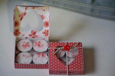 Box voor 4 waxine lichtjes. Kopie van papier op servet geprint en op waxine bevestigd.