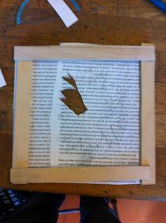 Hier ben ik begonnen met een gebroken ruit van papier en hout. Ik ga de volgende les alles uitknippen en later een oud mannetje uit te laten komen die boos is.