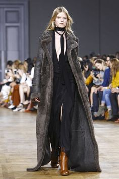 Chloé Ready To Wear Fall Winter 2015 Paris: Can that jumpsuit please be my first Chloe piece? Casual Work Outfits, Work Casual, All About Fashion, Live Fashion, Runway Fashion, Fashion News, Fashion 2015, Paris Fashion, Long Fur Coat