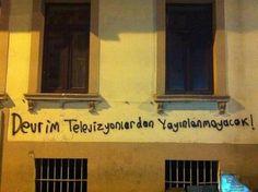 """""""Devrim televizyondan yayınlanmayacak. Televizyonunu kapat, sokağa çık, İstanbul'u yalnız bırakma !"""" """"her yer Taksim, her yer direniş"""""""