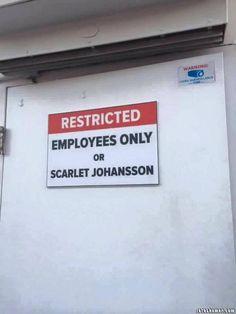 Humor Gráfico Humor grafico para el facebook: Solo empleados y Scarlet Johansson
