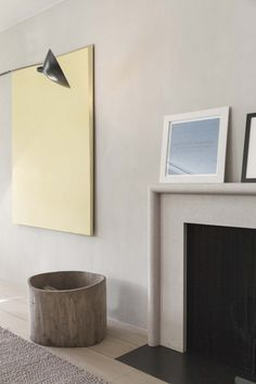 Corner fireplace ideas and photos (indoor / outdoor). From design, decor, and pictures for your living room. Modern Fireplace, Fireplace Mantle, Fireplace Surrounds, Fireplace Design, Minimalist Fireplace, Interior Exterior, Interior Architecture, Home Decoracion, 1920s House