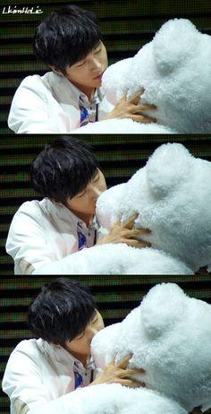 Myungsoo kissing a teddy bear passionately XD K Pop Boy Band, Boy Bands, Kim Myungsoo, Infinite Members, Eyes Emoji, City Boy, Korean Music, Awkward Moments, Music Industry