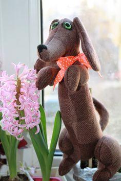 Текстильная такса выполнена из драпа в стиле Тильда. Наполнена синтепухом. Собака только сидит.Будет любимым подарком для ребенка или близкого человека