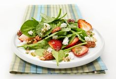 Spinach, strawberry, pecan and goat cheese salad with maple vinaigrette Maple Vinaigrette, Cocktails, Spiralizer Recipes, Goat Cheese Salad, Cold Meals, Mets, Caprese Salad, Healthy Recipes, Healthy Food
