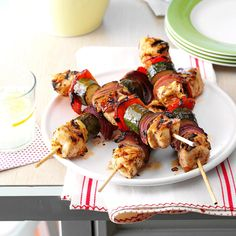 Chicken & Vegetable Kabobs Recipe -My husband and I love to grill in the summer, especially vegetables. These kabobs not only taste delicious but they look great too! Diabetic Recipes For Dinner, Healthy Recipes For Diabetics, Diabetic Meals, Dinner Recipes, Diabetes Recipes, Diabetic Friendly, Healthy Meals, Healthy Food, Easy Meals