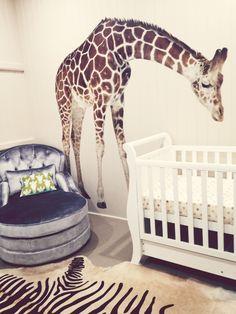 Chambre unisexe pour bébé : chambre fillette ou chambre garçonnet thème nature et savane, girafe sticker au mur et tapis zèbre