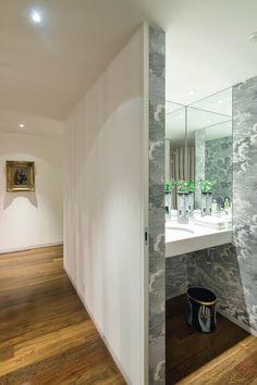 Apartamento de luxo, no Porto, com interiores concebidos por Francisco Neves, do ateliê 5 Janelas, à altura da vivência de um jovem estudante.
