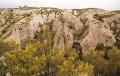 Türkiye'nin önemli turizm merkezlerinden Kapadokya'da Peri Bacaları ve vadiler, sonbaharın renkleriyle farklı bir güzelliğe büründü.
