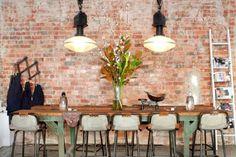 A vida moderna e prática do nova-iorquino traz um conjunto de inspirações para a decoração. A mistura do clássico com o novo destaca tijolos à vista, janelões com ar industrial, colunas e vigas aparentes, cozinha aberta e espaços sem divisões.