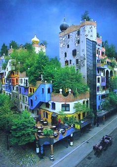 Hundertwasserhaus in Wien ist immer einen Besuch wert! Hier in wunderschöner Manier. Ein Toller Spaziergang und dann dieses Gebäude! Weitere tolle Tipps und Datemöglichkeiten findet ihr bei uns!