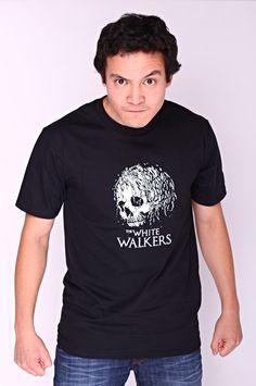 """T-shirt The White Walkers Dit rechte model T-shirt voor mannen is gemaakt van voorgekrompen ringgesponnen katoen en heeft een RAXart opdruk van een 'White Walker'. Bekend van de HBO TV serie """"Game of Thrones"""" en de tekst: """"The White Walkers"""". De hoge kwaliteit en goede verwerking zijn zichtbaar in de dubbele naden aan de mouwen en de zoom en de tweevoudig gelegde kraag in 1X1 ripp."""