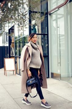 Plümo jumper+leather-look leggings+sneakers+camel coat