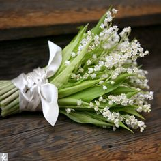 The hand-tied bouquet is a loose-tied arrangement. These hand tied styles are also referred to as clutch bouquets.This type of bouquet consi. Wedding Flower Guide, Spring Wedding Flowers, Flower Bouquet Wedding, Bridal Bouquets, Wedding Ideas, Lily Bouquet, Spring Weddings, Green Wedding, Diy Wedding