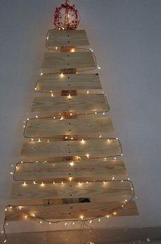 Sapin de Noël en palette et guirlande lumineuse