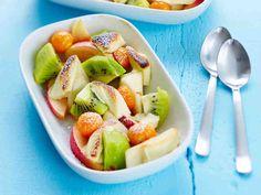 Lämmin valkosuklaa-hedelmäsalaatti. Helppo valmistaa. Valkosuklaa antoi sopivasti kivaa makeutta hedelmiin.