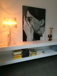 TV meubel/kast zwevend, strak wit! Ideaal voor XL styling. Kartell lamp Bourgie, fotoprint op aluminium, kandelaren van o.a. HK living.