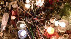 Donderdag 8 januari 2015: Kaarsen, pennen en bloemen zijn achtergelaten op Place de Republique in Parijs ter nagedachtenis aan de omgekomenen bij de schietpartij woensdag.