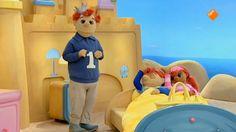 Toto en Sassa liggen ziek in bed! Dokter Koos komt langs. Hij gaat ze beter maken. Wat zou het beste helpen: waterijsjes? Sassa en Toto denken van wel! Daarna is Zwiep ziek, hij heeft de blauwe stippenziekte. Zieke Zwiep mag op schoot bij Koning Koos. Dat helpt, maar nu heeft Koning Koos de blauwe stippenziekte! Princess Peach, School, Kids, Character, Crowns, Anatomy, Young Children, Boys, Children