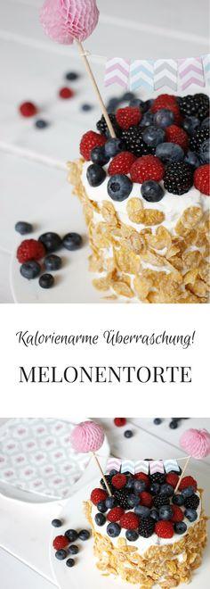 Eine kalorienarme Torte ist die Melonentorte. Statt Kuchen verbirgt sich unter der Quarkcreme eine frische Wassermelone. Die Wassermelonentorte Zubereitung dauert keine 30 Minuten. Die Melonen Torte ist daher ein kreatives Sommerparty Rezept. Sie eignet sich natürlich auch als fruchtiger Geburtstagskuchen.