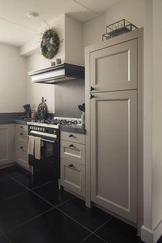 Precies deze frontjes en lijsten eromheen! Plinten zwart. Keuken off-white. Hout bij kookplaat en rondom afzuigunit.