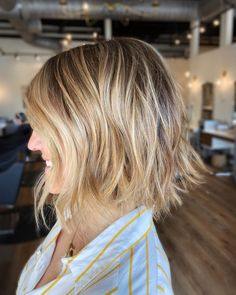 Trendy and striking! A short lived-in bob that features a blonde balayage for a more natural sun-kissed effect. Short Layered Bob Haircuts, Short Hair Cuts, Short Hair Styles, Blonde Balayage Bob, Blonde Layers, Trending Haircuts, 5 Hours, Sun Kissed, Great Hair
