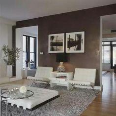 リビングの壁1面の暗めの茶色の壁紙を張り、ホワイトのチェアを2セット並べてレイアウトして、写真を2枚額に入れて飾った例。 茶色の壁と真っ白なレザーチェアのコントラストがお洒落過ぎる!! 奥行きを感じる構図の写真を壁に飾ることで、開放感のある空間を演出する手法は狭いリビングの参考に。