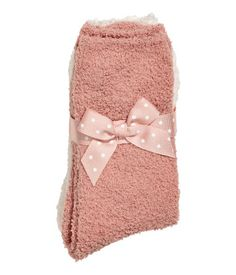 Powder pink/natural white. Fine-knit socks in a soft chenille with elastication at top.