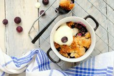 Kokos crumble met blauwe bessen Fudge, Acai Bowl, Healthy Life, A Food, Oatmeal, Pudding, Breakfast, Desserts, Acai Berry Bowl