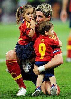 Nora Torres Photos - Fernando Torres of Spain holds his children Nora Torres (L) and Leo Torres (R) after the UEFA EURO 2012 final match between Spain and Italy at the Olympic Stadium on July 2012 in Kiev, Ukraine. - Spain v Italy - UEFA EURO 2012 Final Beautiful Player, Euro 2012, International Football, European Championships, Old Trafford, European Football, Arsenal Fc, Soccer Players, Soccer Teams
