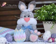 Coelhinho com molde Felt Diy, Felt Crafts, Easter Crafts, Diy And Crafts, Educational Games For Kids, Diy Ostern, Dessert Decoration, Felt Fabric, Felt Animals