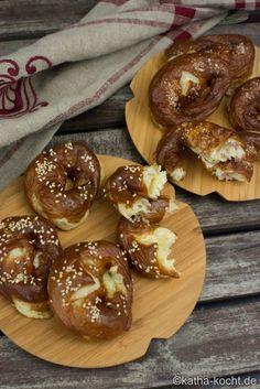 Laugen Croissants mit Frischkäse und Speck und Käse - katha-kocht!