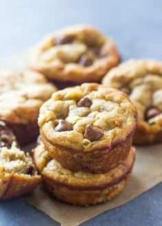 The best paleo banana bread muffins (gluten-free, low-carb) gimme delicious Banana Bread Low Carb, Paleo Banana Muffins, Flours Banana Bread, Banana Chocolate Chip Muffins, Gluten Free Banana, Banana Bread Recipes, Chocolate Chips, Low Carb Desserts, Gluten Free Desserts