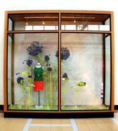 This #Anthropologie window display is made from paper flowers dyed with plant extracts. It would be an awesome photobooth backdrop for a green wedding !