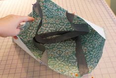 French Market Tote Bag Tutorial (A Bright Corner) Bag Pattern Free, Bag Patterns To Sew, Tote Pattern, Sewing Patterns, Wallet Pattern, Diy Tote Bag, Tote Bags Handmade, Coin Purse Tutorial, Pouch Tutorial