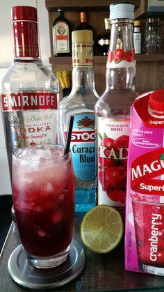 * PURPLE RAIN * - 45 ml. Vodka - 30 ml. Licor Curaçau Blue - 30 ml. Suco de Cranberry - 30 ml. Suco de Abacaxi - 30 ml. Xarope de Grenadine - 01 Limão Tahiti - Bata todos os ingredientes, exceto o limão, em uma coqueteleira com gelo. - Sirva em um copo Collins com bastante gelo picado. - Esprema o limão sobre a bebida.