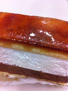 チョコムースの上にホワイトチョコのムースを重ねて、パリパリで香ばしいキャラメリゼを施したサンマルクというケーキです。