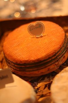 Livarot fromage de Normandie France Kinds Of Cheese, Milk And Cheese, Wine Cheese, Fromage Cheese, Queso Cheese, Epoisses, Munster, Brie, French Cheese