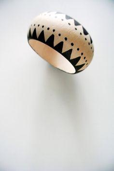paint a wooden bracelet