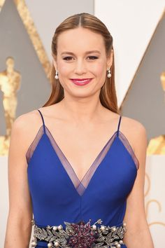 "Pin for Later: ""Diamonds are a girl's best friend,"" ganz besonders bei den Oscars Brie Larson mit Ohrringen von Niwaka"