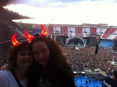 Concierto en Madrid el 31 de mayo. Nosotros minutos antes de entrar y Angus en plena actuación. Foto de Luz Landazábal.