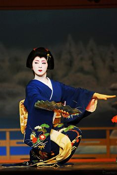 One of the many skills of Geisha is dance Japanese Geisha, Japanese Beauty, Geisha Japan, Memoirs Of A Geisha, Traditional Japanese Art, Turning Japanese, Modern Pictures, Maneki Neko, Dance Art