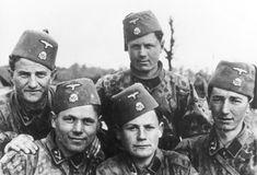 """Die Division Handschar bestand überwiegend aus bosniakischen Freiwilligen, aber auch sogenannten """"Volksdeutschen"""", allerdings gab es auch eine Anzahl Angehöriger, die unter Druck rekrutiert wurden. Sie umfasste ca. 21.000 Mann, darunter auch Personal der nur in Teilen aufgestellten 23. Waffen-Gebirgs-Division der SS """"Kama"""" (kroatische Nr. 2). Foto von 1943."""