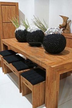 modernos muebles de madera con grandes jarrones como decoración