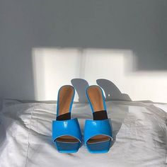 There is 1 tip to buy shoes. Blue Heels, High Heels, Blue Heeled Sandals, Buy Shoes, Me Too Shoes, Second Hand, Toe Shape, Suede Heels, Sock Shoes
