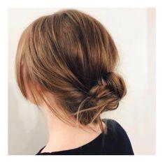 Le chignon flou sur cheveux mi longs