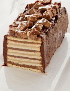 No-bake Snickers Cake, with homemade peanut-butter and chocolate pudding, caramel and chocolate ganache. (in Hebrew) Snickers Recipe, Snickers Cake, Homemade Snickers, Homemade Peanut Butter, Yummy Treats, Delicious Desserts, Sweet Treats, Yummy Food, Cupcakes